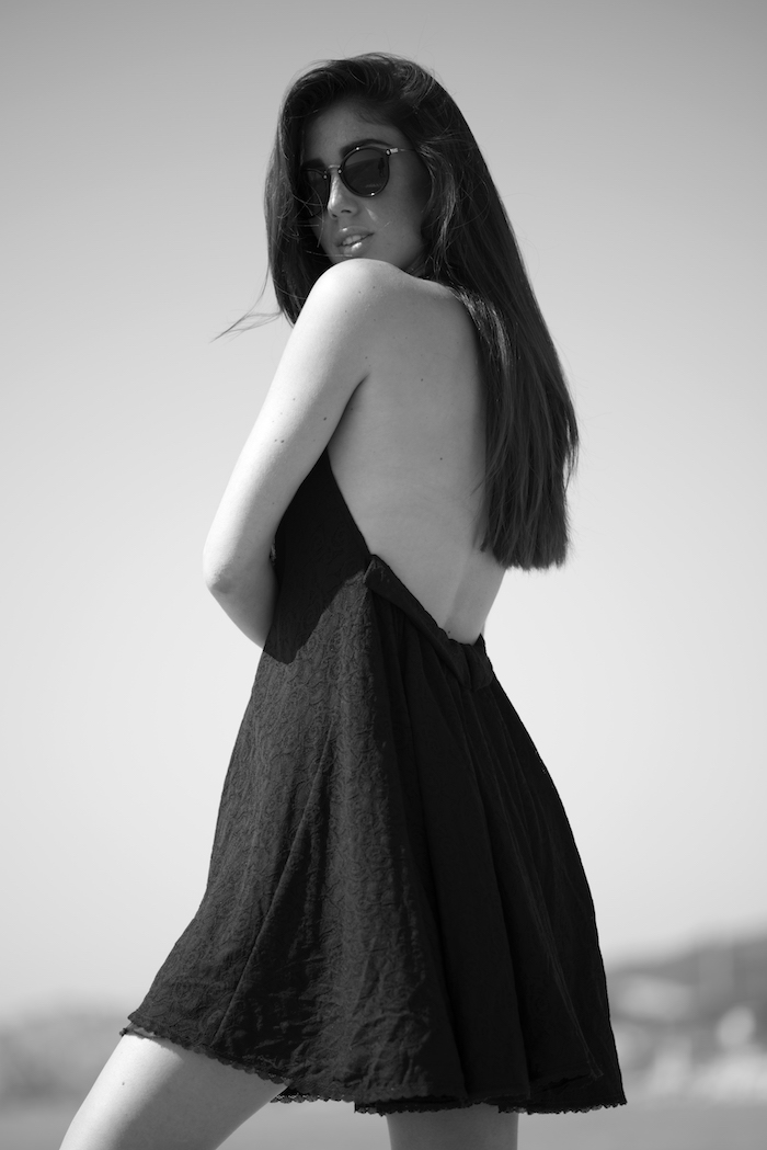 Vestido corto de encaje color negro.
