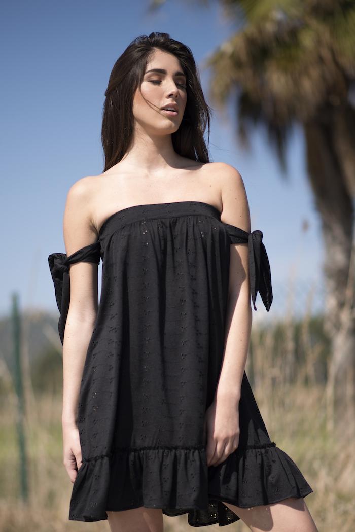 Vestido negro corto de algodón vaporoso, práctico, sensual y cómodo. Un vestido femenino y coqueto, descubriendo los hombros y anudado