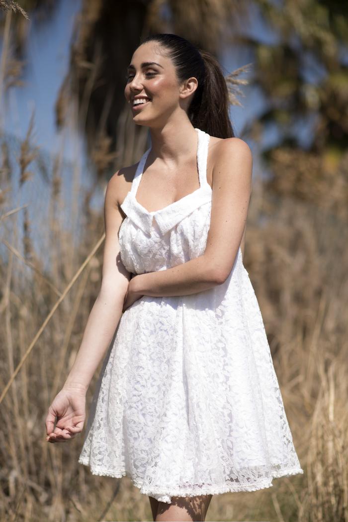 Vestido corto de encaje color crudo. Muy vaporoso y con volumen por encima de la rodilla. Atado al cuello y de escote pronunciado de espalda haciendo de este Isabelas uno de los vestidos más seductores de la colección. (La espalda es una de las partes más seductoras de la mujer)