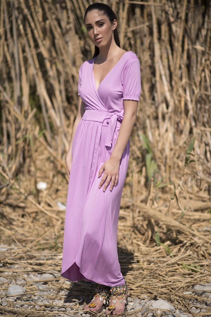 Vestido largo cruzado de algodón de escote pico, color lila claro, Tiene un corte que afina la cintura así que estiliza la figura. El largo es por encima del tobillo. Es un vestido práctico, sensual y cómodo para los días calurosos de verano.