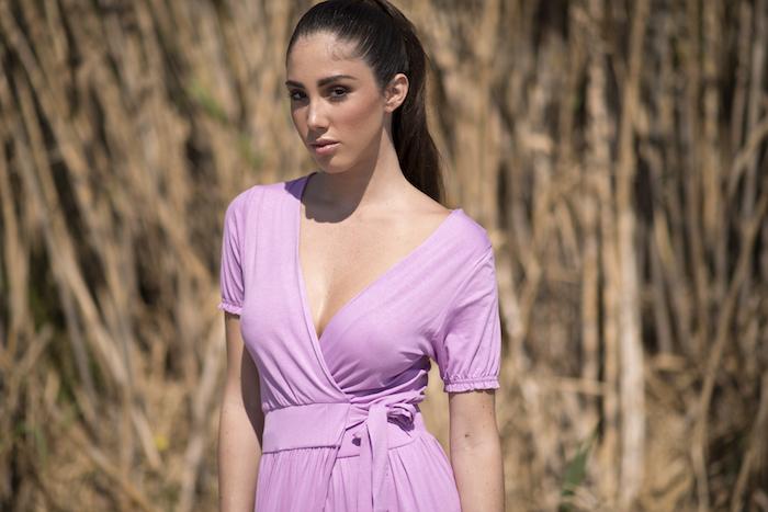 Vestido largo cruzado de algodón de escote pico, color lila claro, Tiene un corte que afina la cintura así que estiliza la figura. El largo es por encima del tobillo.