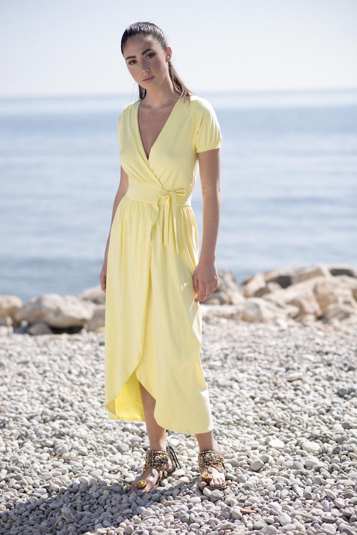 Vestido largo cruzado de algodón de escote pico, color verde. Tiene un corte que afina la cintura así que estiliza la figura. El largo es por encima del tobillo. Es un vestido práctico, sensual y cómodo para los días calurosos de verano.