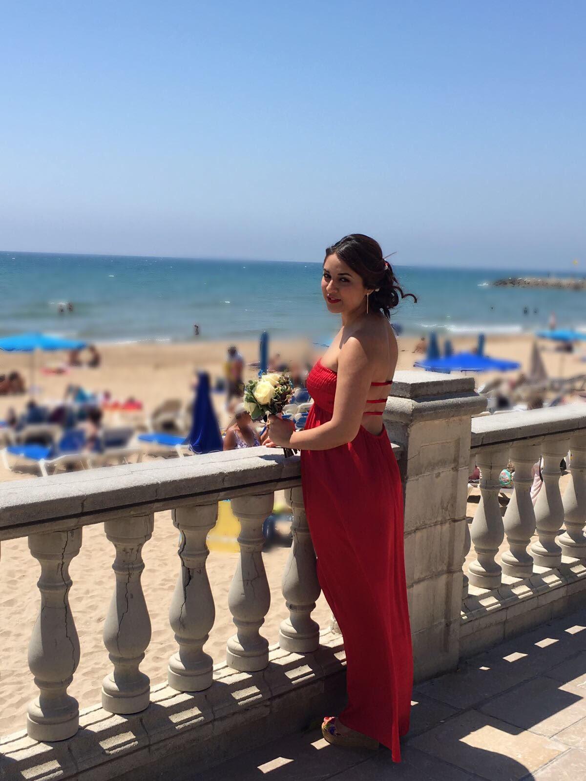 www.isabelasbcn.com Vestidos diseñados y confeccionados en Barcelona. Vestido rojo escotado de espalda