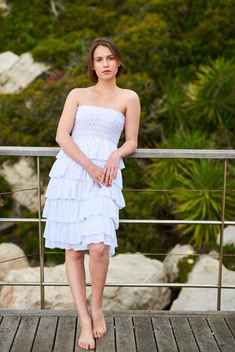 Vestido blanco sin tirantes de volantes