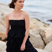 Vestido negro sin tirantes de volantes
