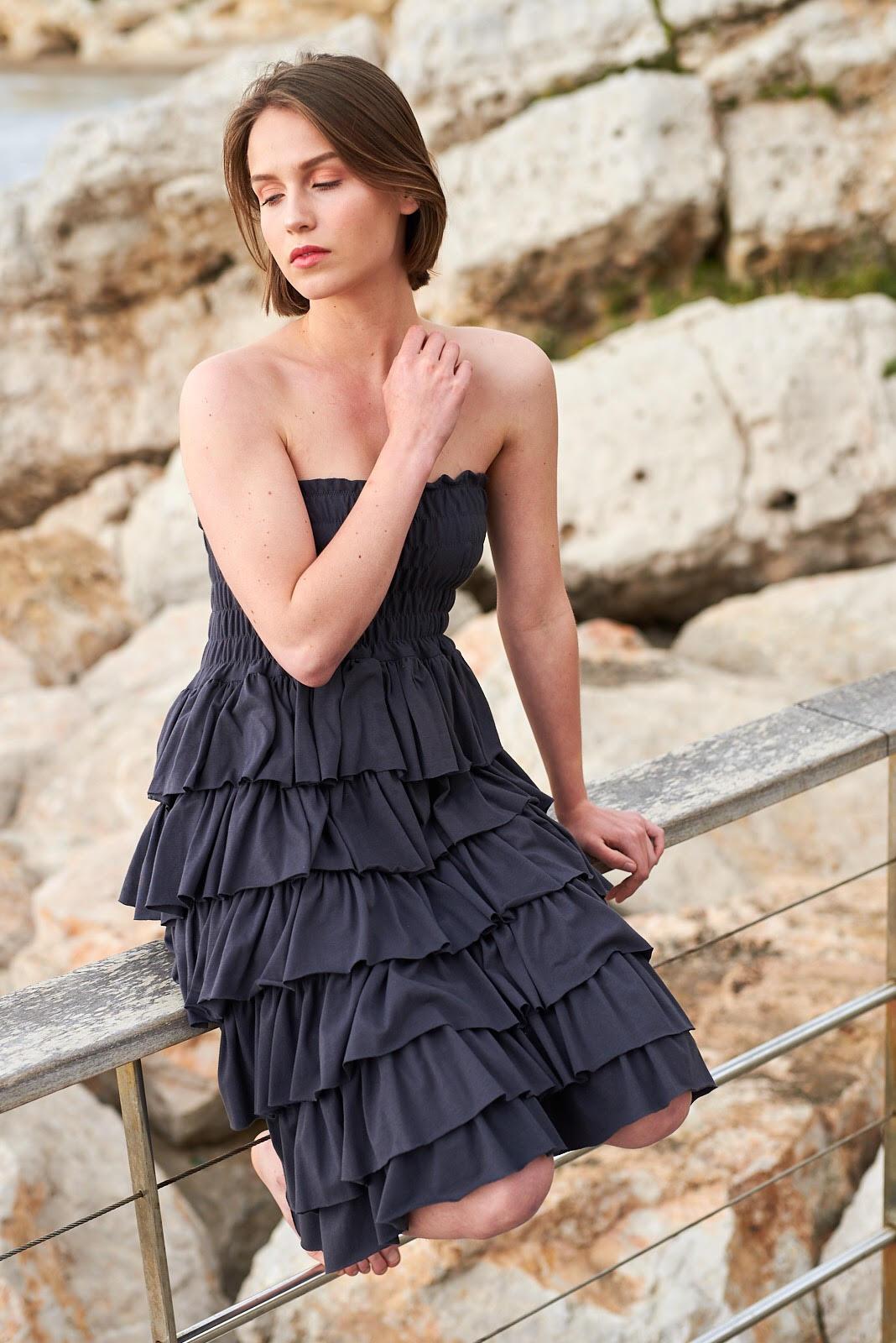 Vestido gris sin tirantes de volantes, Isabelas Bcn