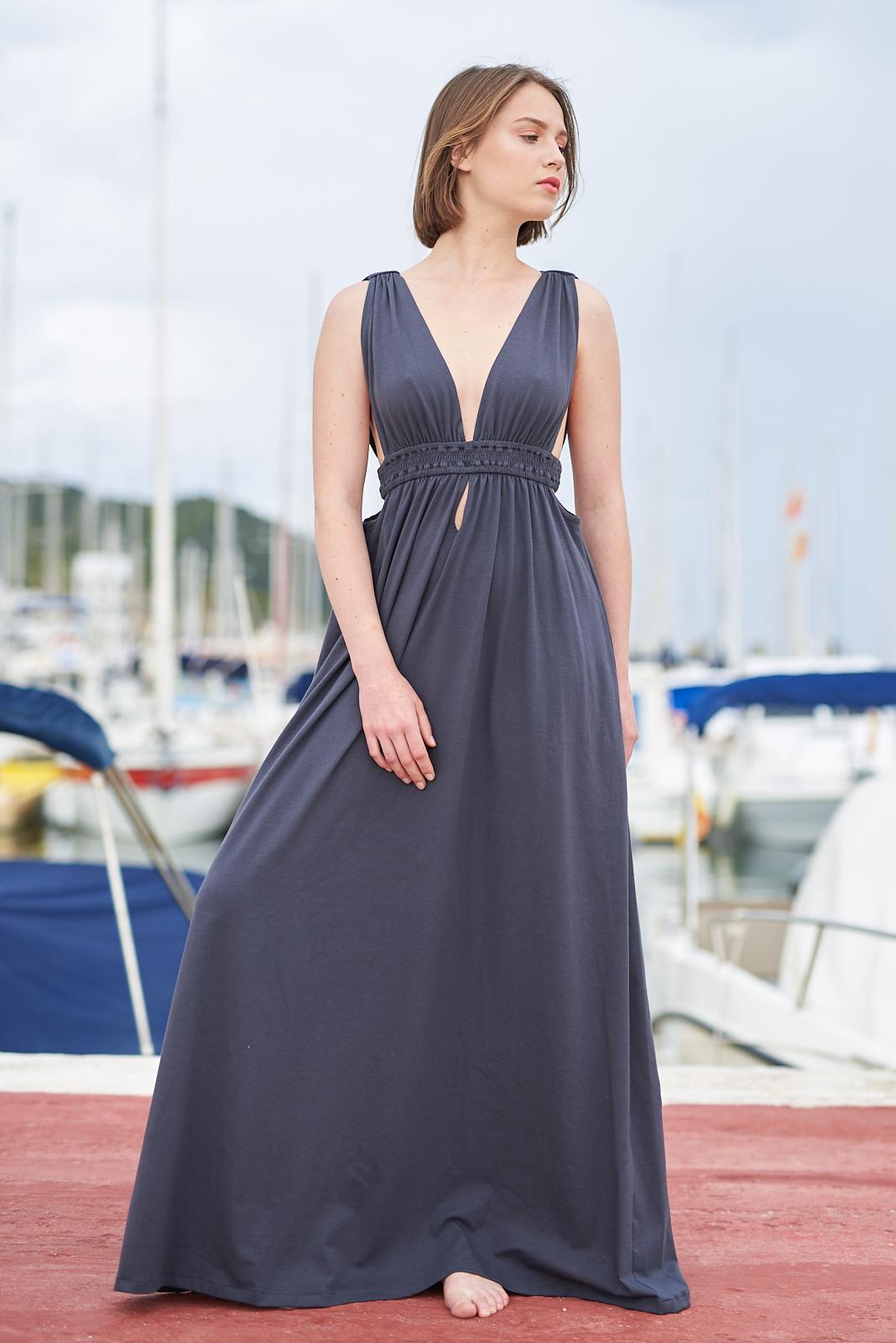 Vestido gris largo con escote pronunciado de Isabelas Bcn